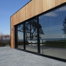 The 6m doors slide fully open to join the lawned areas together.